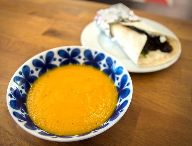 veckansvego-fardig-solgul-soppa-med-lunchwrap